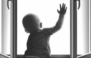 rebenok-vipal-iz-okna